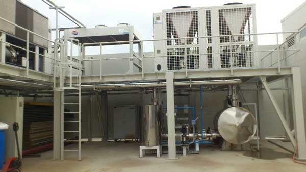 چیلر صنعتی به همراه منبع آب ذخیره